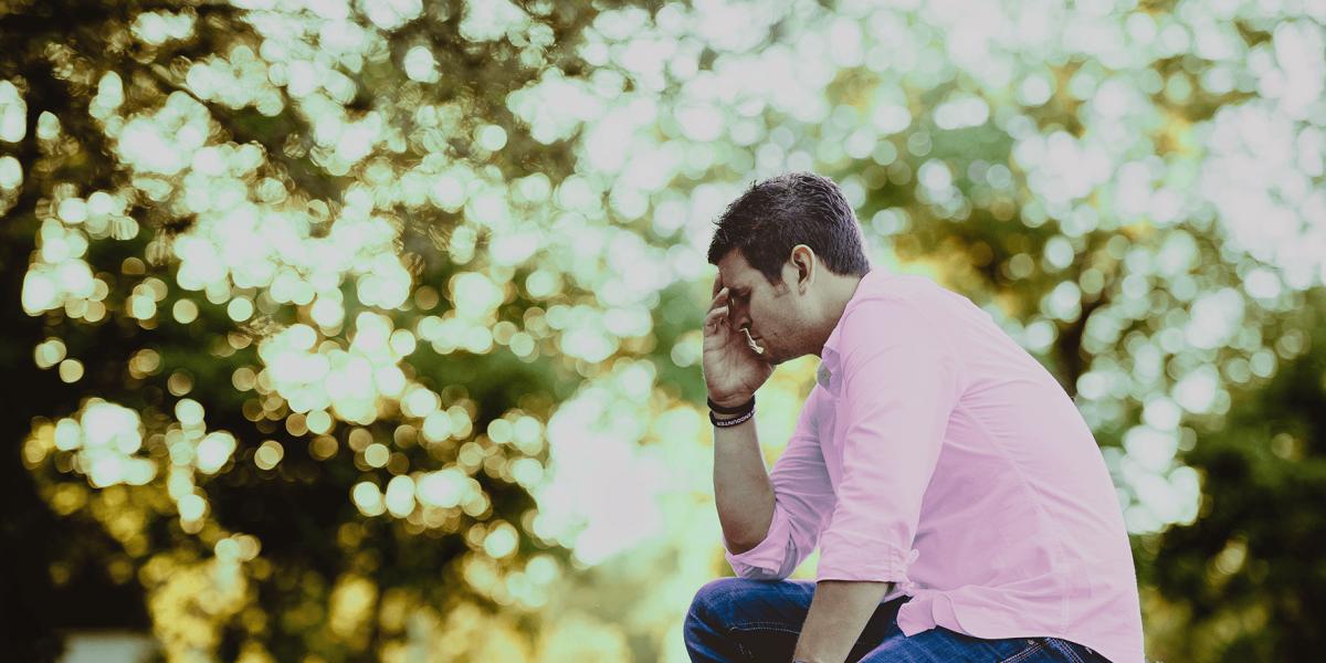 denkender Mann sitzend in der Natur